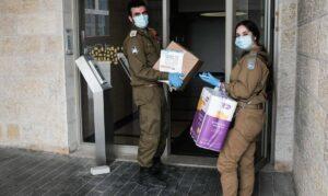 Mitglieder der Israelischen Verteidigungskräfte liefern Essen für Pessach an alte Menschen