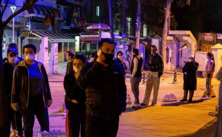 Freitagabend kam es in der Türkei, etwa bei Bäckereien, zu langen Warteschlangen und Panikkäufen