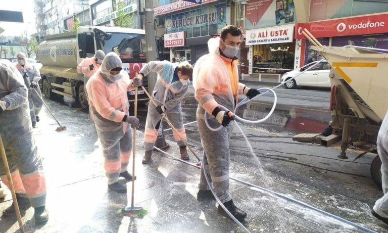 Angestellte der Stadt desinfizieren Straßen in Istanbul