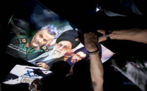 Plakate auf dem Berliner Al-Quds-Marsch: Irans oberster Führer Khamenei (mi.), Hisbollah-Chef Nasrallah (re.)