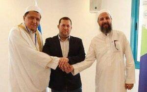 Yossi Dagan (mi.) and Scheich Abu-Khalil Tamimi (re.))