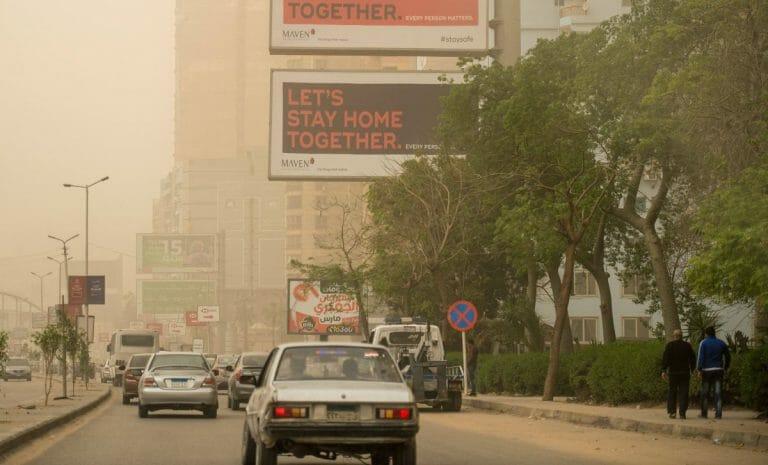 Plakate der ägyptischen Regierung fordern die Bevölkerung auf, zu Hause zu bleiben