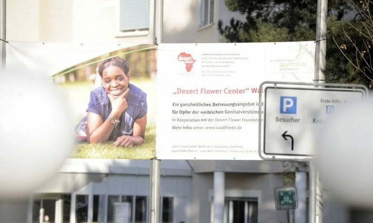 Das Krankenhaus Waldfriede in Berlin weist auf das Desert Flower Project hin, in dem Mädchen mit Genitalverstümmelung betreut werden
