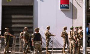 Libanesische Sicherheitskräfte schützen eine Bank während der Demonstration zum 1. Mai