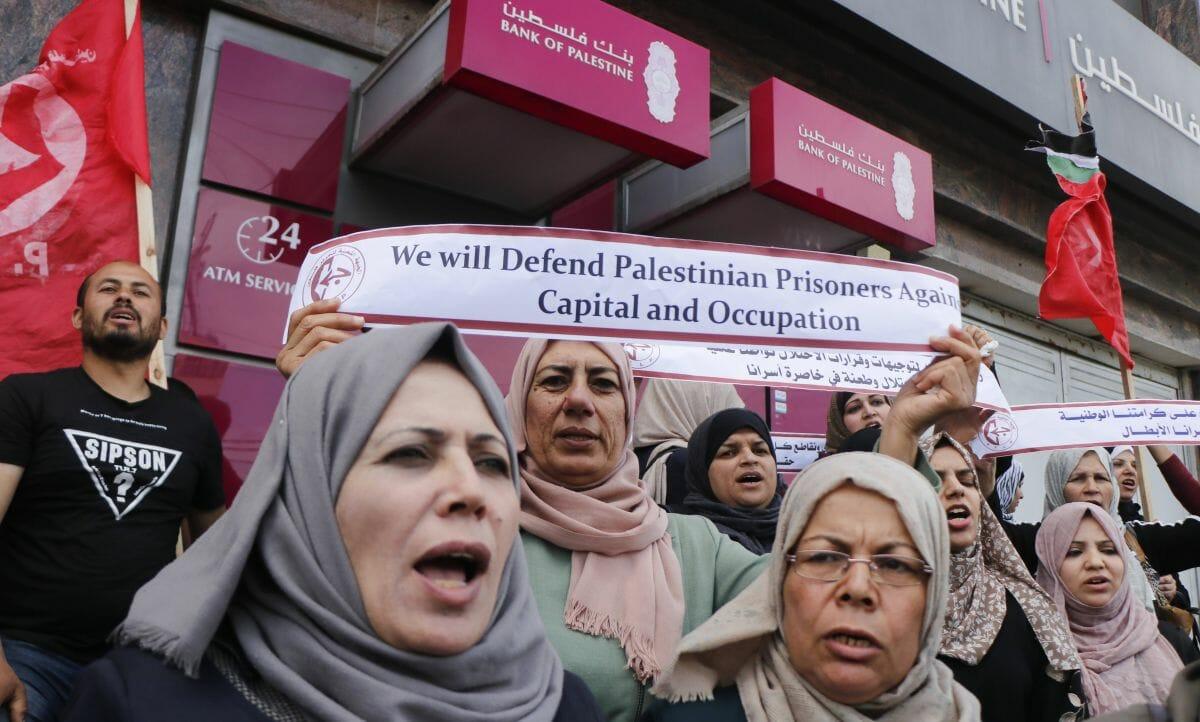"""Mitglieder der Terrororganisation PFLP demonstrieren gegen die Sperrung von Bankkonten für """"Märtyrerrenten"""""""
