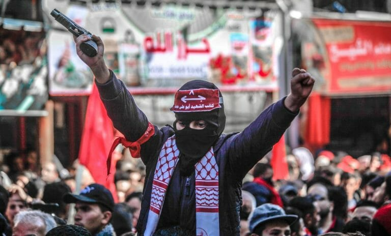 Trägt die Maske nicht zum Schutz vor Corona: Kind auf deiner Demonstration der PFLP