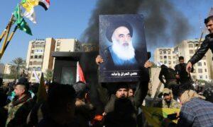 Mitglied der schiitischen PMU-Milizen mit einem Bild von Ayatollah al-Sistani
