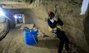 Arbeiter aus Gaza verlässt Tunnel, der von der ägyptischen Armee teilweise zum Einsturz gebracht wurde
