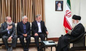Der Anführer des Palästinensischen Islamischen Dschihad Zeyad al-Nakhala (3. v.li) mit Ayatollah Khamenei