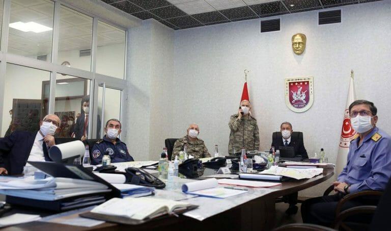 """Der türkische Verteidigungsminister Hulusi Akar bespricht mit seinen Generälen die """"Operation Adlerklaue"""""""