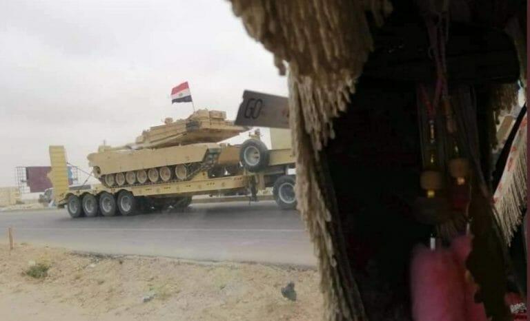 Verdeckt aufgenommenes Fotos eines ägyptischen Panzerkonvois nahe der libyschen Grenze