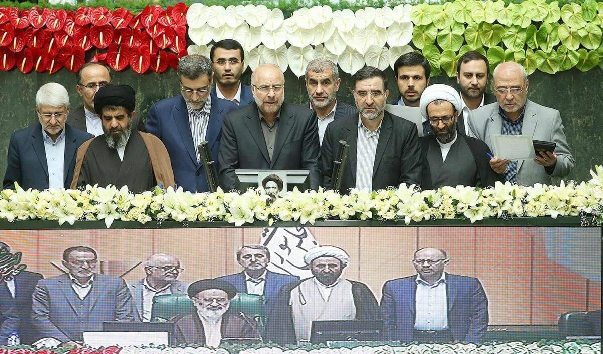 Mohammad-Bagher Ghalibaf (mi.) nach seiner Wahl zum Parlamentispräsidenten im Iran