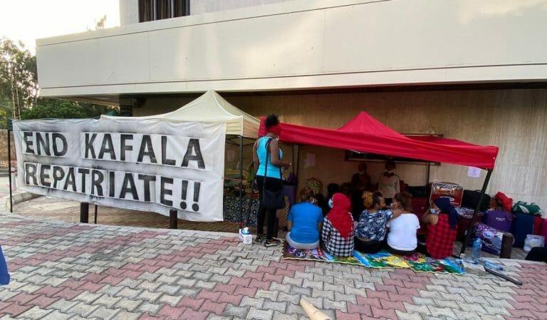 """Äthiopische Arbeiterinnen protestiren vor der Botschaft gegen das """"Kafala""""-System im Libanon"""