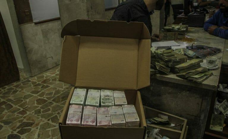 In Banken in Idlib werden syrische Pfund durch türkische Lira als Zahlungsmittel ersetzt