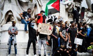 Neben antisemitischen Slogans und Transparenten fanden sich aus plästinensische Flaggen auf der Pariser Demonstration gegen Polizeigewalt