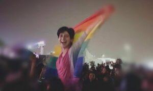 Regenbogenfahne: Sarah Hegazy auf jenem Bild, für das sie von den ägyptischen Behörden verhaftet wurde