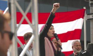 Linda Sarsour hält eine Rede auf einer Protestveranstaltung
