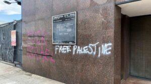 Mit antisemitischen Parolen beschmierte Synagoge der Congregation Beth Israel
