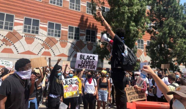 Petition an der Universität von Kalifornien gibt Israel die Schuld am Tod von George Floyd