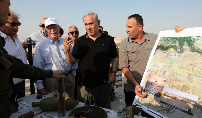 John bolton und Benjamin Netanjahu auf einem Militärposten in der Nähe des Jordantales