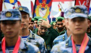 Chinesische und iranische Soldaten bei einem gemeinsamen Manöver