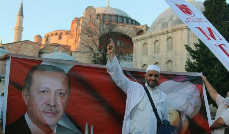 Erdogan-Anhänger feiern die Umwandlung der Hagia Sophia in eine Moschee