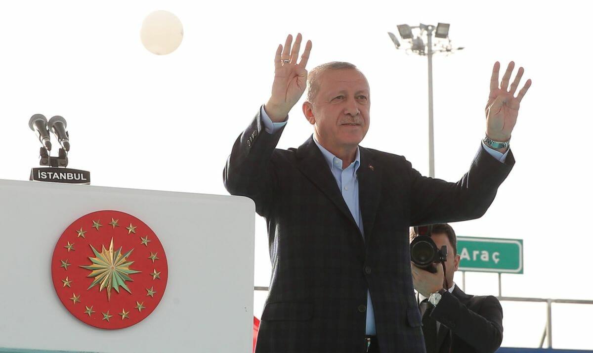 Erdogan zeigt den Gruß der islamistischen Moslembruderschaft