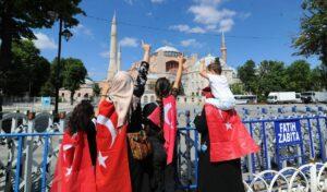 Erdogans anhänger feiern die Umwandlung der Hagia Sophia in eine Moschee