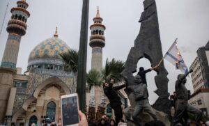 Demonstranten verbrennen Israelflaggen vor einem zur Vernichtung des jüdischen Staates in Teheran