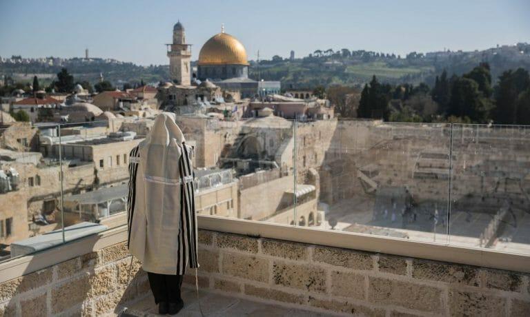 Ein Jude betet in der Nähe der Westmauer in Jerusalem