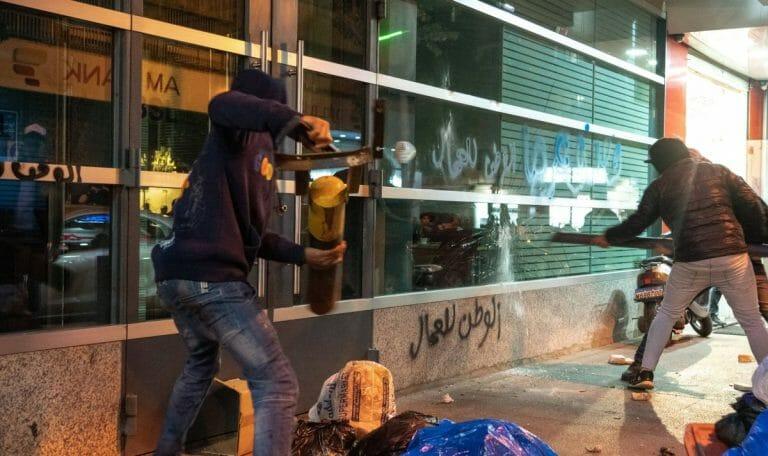 Der Zorn libanesischer Demonstranten richtet sich immer wieder gegen Banken, die ihre Auszahlungen eingeschränkt haben