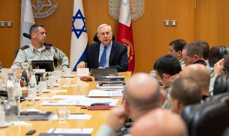 Trumps Kandidat für die deutsche US-Botschaft Douglas Macgregor im Gespräch mit israelischen Offizieren