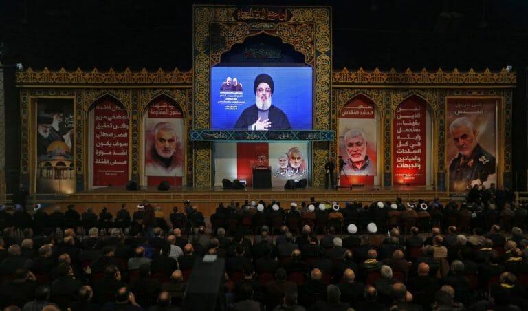 Soleimanis (Bild re.) Tochter heiratete den Sohn von Hisbollah-Chef Nasrallahs (mi.) wahrscheinlichem Nachfolger