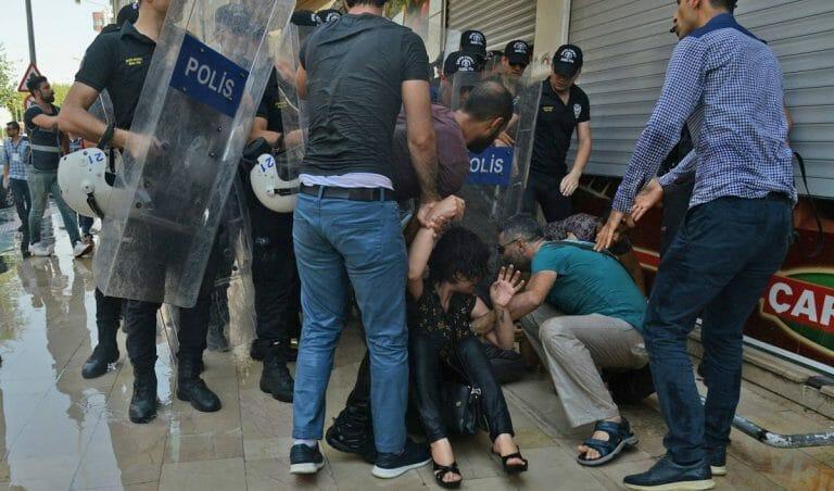 Türkische Polizei geht gegen kurdische Demonstranten in Diyarbakir vor