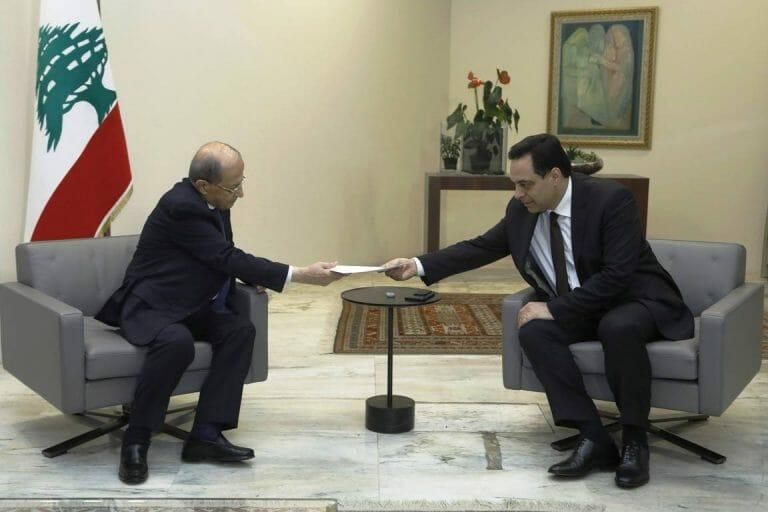 Präsident Aoun nimmt das Rücktrittschreiben von Premier Diab entgegen. Dessen Nachfolger wird auch den Geboten der Hisbollah folgen. (imago images/Xinhua)
