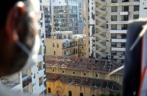 In Beirut blickt ein Mann mit Schutzmaske auf die Schäden der Explosion. (imago images/Xinhua)
