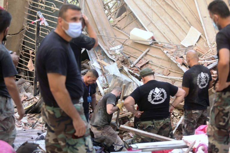 Helfer suchen in Beirut nach Verschütteten. Den Stoff, der im Hafen explodiert ist, lagerte die Hisbollah auch in Lagerhäusern in Deutschland. (imago images/Xinhua)