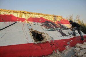 In syrischen Idlib malt ein Künstler als Zeichen der Solidarität eine libanesische Flagge auf die Ruinen eine Hauses. (imago images/ZUMA Wire)