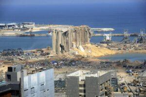 """Im Bild rechts: Wo einst das Lagerhaus 12 stand, ist im Hafen von Beirut heute nur mehr ein überfluteter Krater. (<a href=""""http://www.imago-images.de"""">imago images</a>/UPI Photo)"""