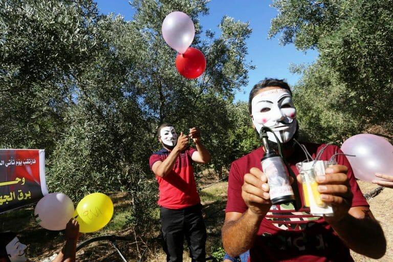 Im Gazastreifen bereiten palästinensische Terroristen Brandbomben vor, die sie Richtung Israel schicken. (imago images/ZUMA Wire)