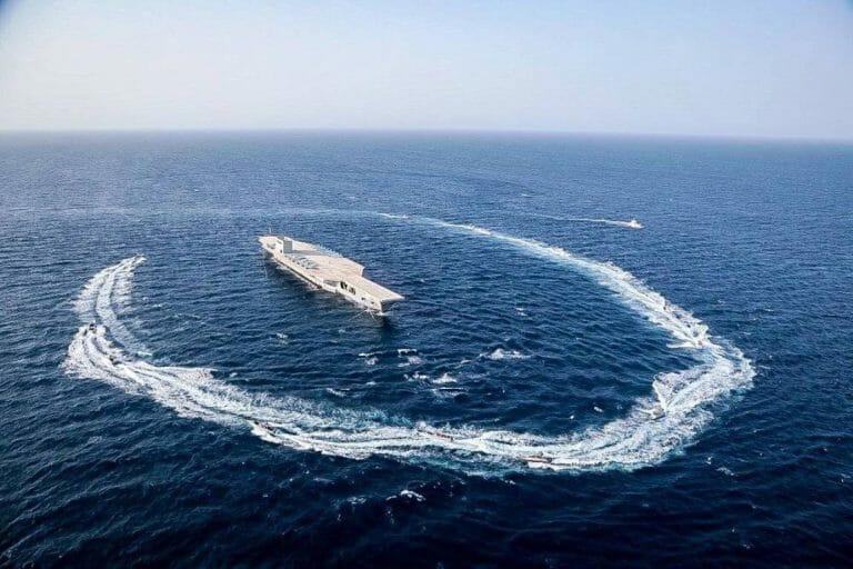 Die Flugzeugträgerattrappe bei Manövern Ende Juli. Jetzt behindert sie die Zufahrt zum iranischen Hafen Bandar Abbas. (imago images/ZUMA Wire)