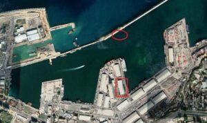 Im roten Rechteck: Lagerhaus 12, Ort der Explosion im Hafen von Beirut. Im Kreis oben: Lage der gesunkenen Rhosus. (Satellitenaufnahme: Google Earth)