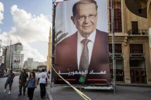 Sinnbildlich: Ein Plakat des ehemaligen Warlords und heutigen Präsidenten verdeckt eine Fassade in Beirut. (imago images/ZUMA Press)