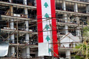 Die Flagge des Libanon kann die Ruine dahinter nur notdürftig verdecken. (imago images/Xinhua)