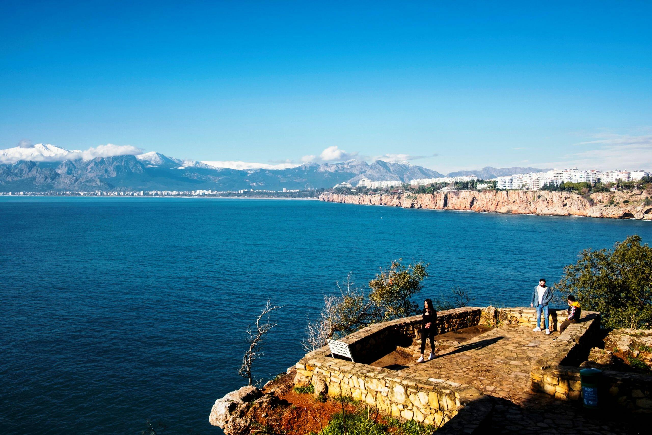 Wenigstens russische Urlauber kommen wieder in die Türkei. Im Bild ein Küstenstreifen von Antalya. (imago images/VWPics)