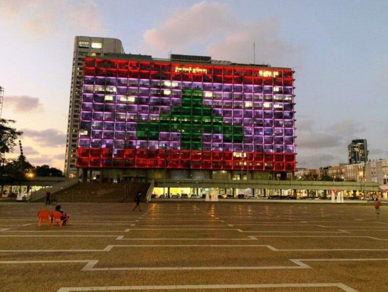 Das Rathaus von Tel Aviv erstrahlte in den Farben der libanesischen Flagge. (Quelle: Twitter)