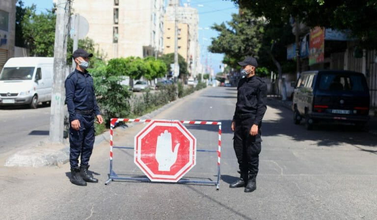 Sicherheitsleute der Hamas überwachen den Corona-Lockdown im Gazastreifen