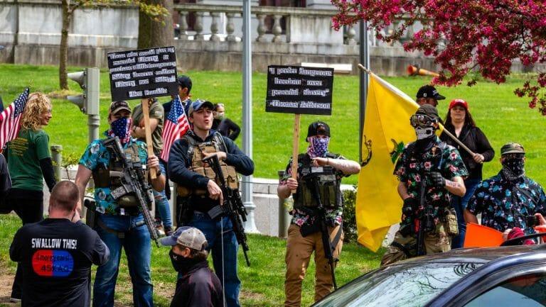 Rechte Milizionäre aus dem Umfeld der Boogaloo Bois auf einer Demonstration in Pennsylvania