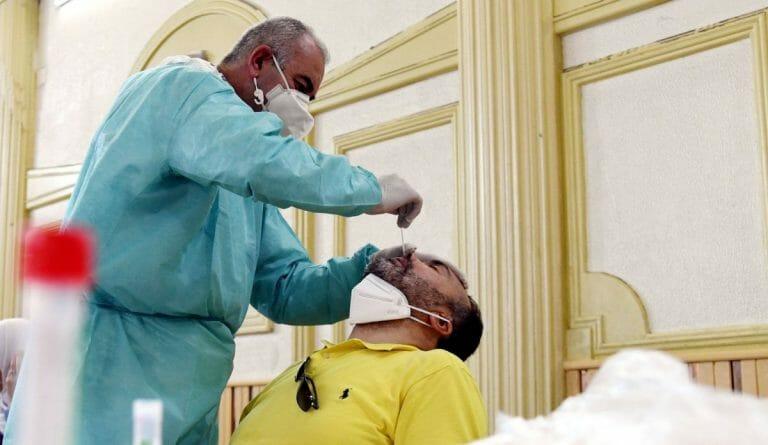 Gesundheitsbeamter in Damaskus nimmt Corona-Test vor