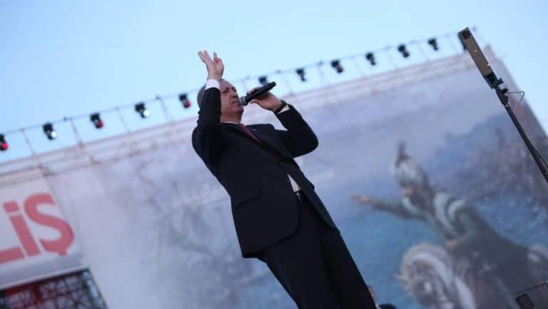 Erdogan zeigt beim Festakt zur osmanischen Eroberung Konstantinopels den Gruß der Muslimbruderschaft
